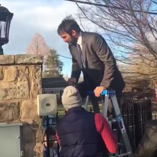 Александр Овечкин перелезает через забор
